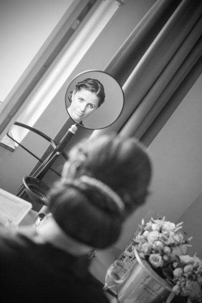 Hochzeit Brautpaar Fotograf Hochzeitsfotograf Hotelzimmer Getting Ready Shooting Brautkleid Schuhe Make Up Dressing - das Lichtwerk - René Schreckenberger getting-ready